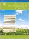International Encyclopedia of Education -hakuteoksen kansi. Vihreällä nurmikolla on kirjakasa. Taustalla sininen taivas poutapilvineen.